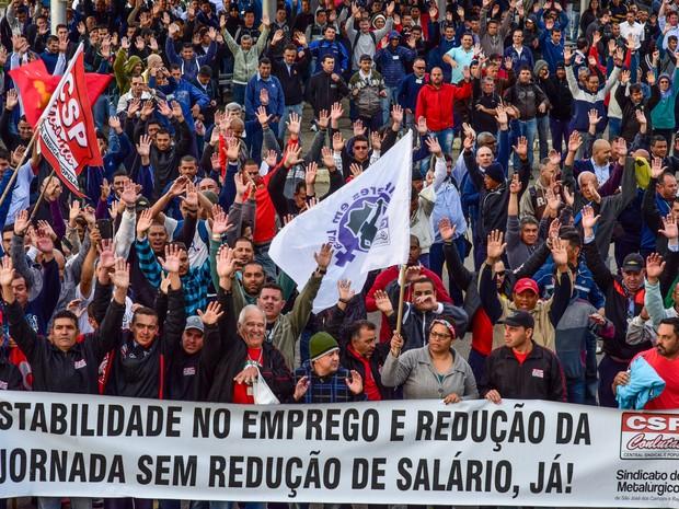 Trabalhadores da General Motors (GM) aprovam o acordo que adia as 798 demissões na unidade e encerram greve que já durava duas semanas em São José dos Campos, no interior de São Paulo (Foto: Lucas Lacaz Ruiz/Estadão Conteúdo)