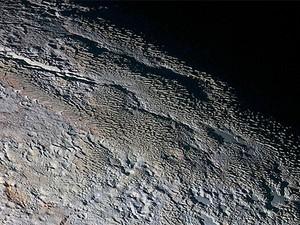 """Cordilheiras em plutão lembram """"casca de árvore ou escamas de dragão"""", afirmou geólogo (Foto: NASA/JHUAPL/SWRI)"""