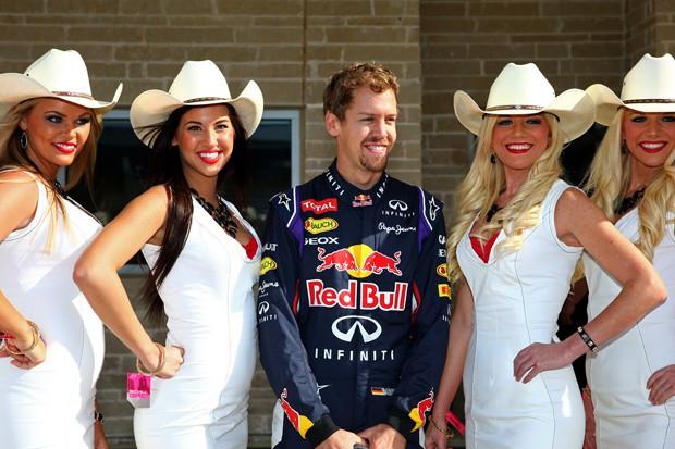 O piloto Sebastian Vettel com grid girls no circuito de Fórmula 1 em Austin, Texas (Foto: Getty Images)