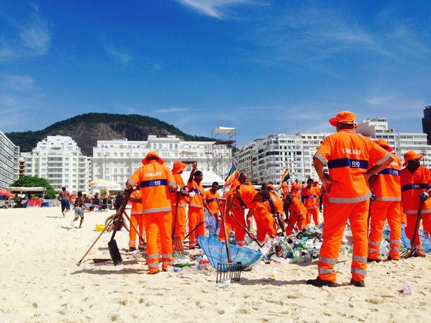 O time da limpeza em campo (Foto: Glenda Almeida/G1)