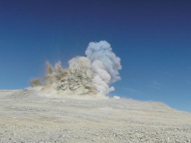 Foto mostra explosão para nivelamento do pico do Cerro Armazones, no Chile  (Foto: ESO/Divulgação)