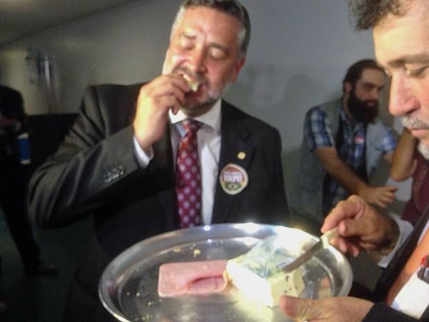 Deputado Paulo Pimenta (PT-RS) come pão com mortadela ao lado de Zé Geraldo (PT-PA) (Foto: Gustavo Garcia/G1)
