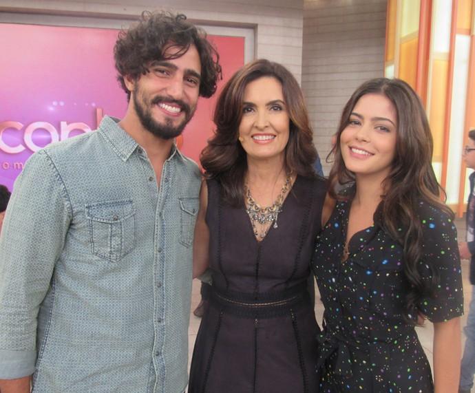 Renato Góes e Julia Dalavia posam com a Fátima  (Foto: Priscilla Massena/Gshow)