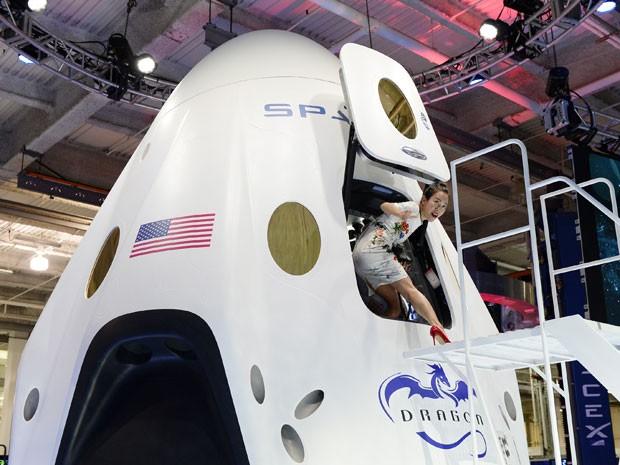 Nova cápsula espacial Dragon V2 foi apresentada pela SpaceX em Los Angeles (Foto: Kevork Djansezian/Getty Images North America/AFP)
