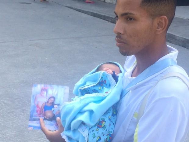 Deoglas Claudio da Silva deixa hospital com o bebê (Foto: Cristina Boeckel/G1)