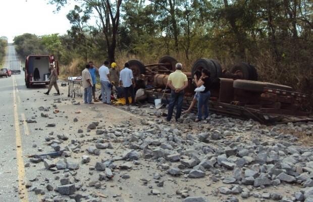 Caminhão carregado de pedra capota na BR-153, em Goiás (Foto: Divulgação/Corpo de Bombeiros)