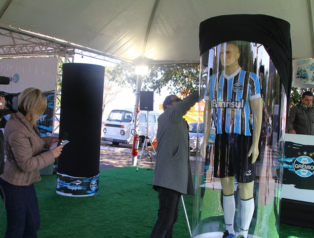 Grêmio lançou nova camiseta inspirada no Mundial de 1983 (Foto: Lucas Uebel/Grêmio FBPA)