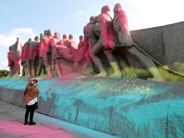 Nesta manhã de sexta feira (30), o Monumento às Bandeiras, um dos maiores cartão postal da capital paulista, amanheceu cpmpletamente pichado (Foto: Felipe Rau/ Estadão Conteúdo)