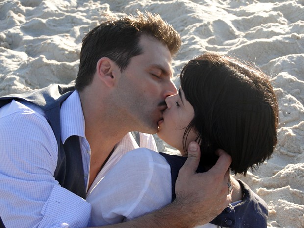 Malvina e Rômulo tascam beijo apaixonado (Foto: Gabriela / TV Globo)