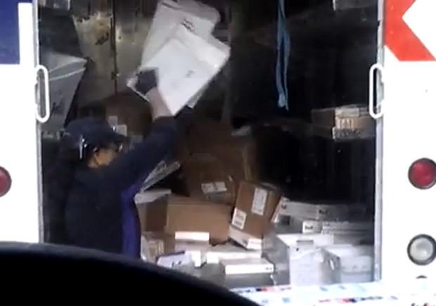 Funcionária causou polêmica ao ser flagrada em vídeo jogando encomendas dentro de caminhão (Foto: YouTube/Reprodução/banstaman)