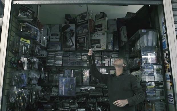 Durval Antonelli, vendedor de games no centro de São Paulo e um dos entrevistados do documentário 'Paralelos' (Foto: Divulgação/Red Bull Games)