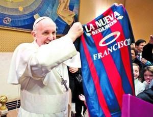 Papa com camisa do San Lorenzo (Foto: Reprodução)