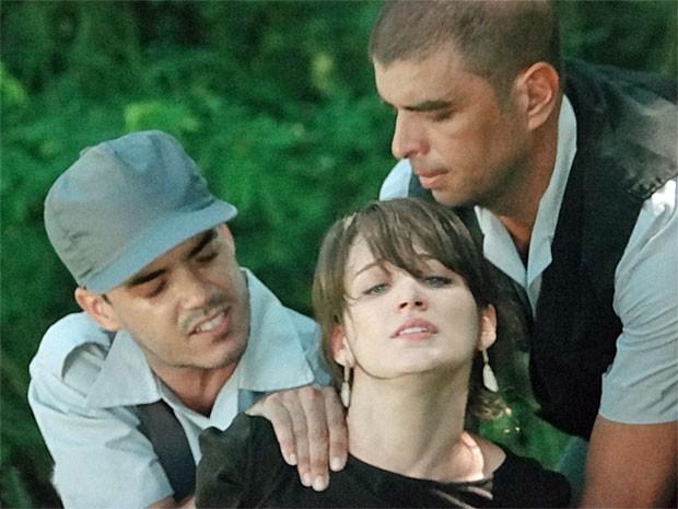 Carolina é presa (Foto: Guerra dos Sexos / TV Globo)