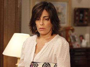 Percebendo o que fez, Roberta fica desolada (Foto: Guerra dos Sexos/ TV Globo)