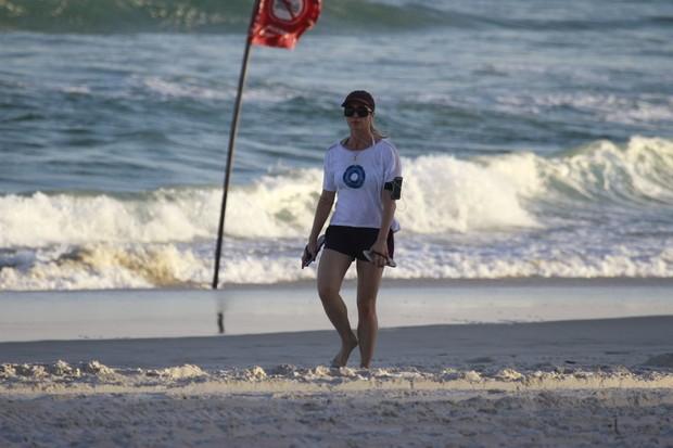 Letícia Spíller caminha na praia da Barra (Foto: Dilson Silva / AgNews)