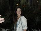 Samara Felippo mostra barriguinha em estreia de peça no Rio
