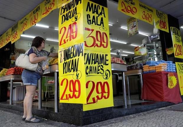 Consumidora compra frutas em um mercado no Rio de Janeiro ; supermercado ; compras ; inflação ;  (Foto: Ricardo Moraes/Reuters)