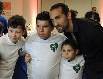 Barcos, centroavante do Grêmio, participa do projeto (Foto: Tomás Hammes/GloboEsporte.com)