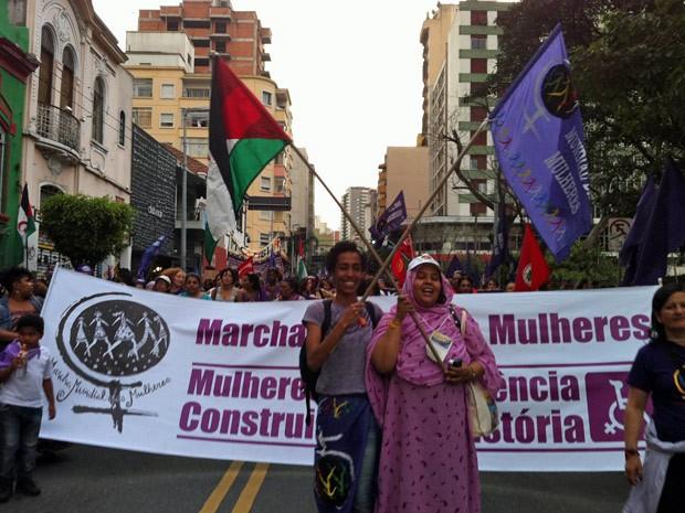 Ato em defesa dos direitos das mulheres percorreu vias da região da Paulista (Foto: Ana Carolina Moreno/G1)