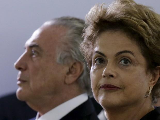 A presidente Dilma Rousseff com o vice-presidente Michel Temer durante cerimônia para promoção de oficiais-generais, no Clube do Exército, em Brasília