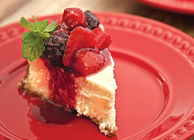 Cheesecake com calda de frutas vermelhas (Foto: Cacá Bratke/Casa e Comida)
