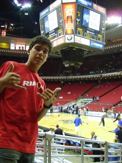 Gegê aos 14 anos durante jogo entre Orlando Magc e Sacramento Kings, em Orlando (Foto: Arquivo pessoal)