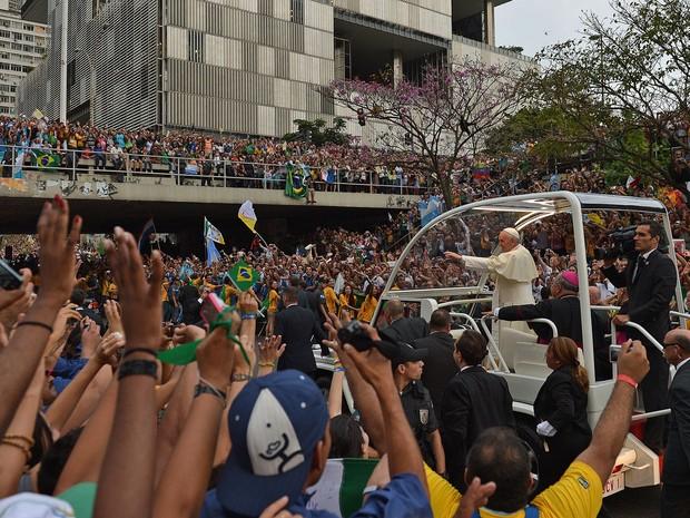 Multidão cerca o papamóvel próximo da Catedral do Rio de Janeiro (Foto: Gabriel Bouys/AFP)