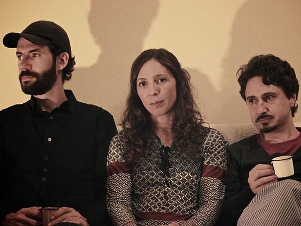 Em 'Garras Curvas e um Canto Sedutor', a relação de um casal muda com a chegada de um amigo (Foto: Raphael Cassou)