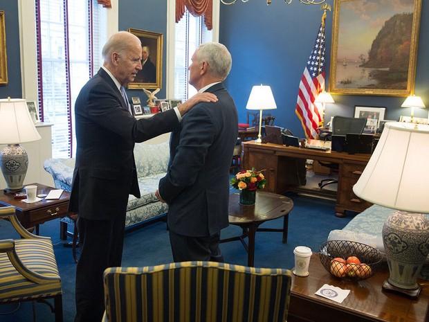 O vice-presidente dos EUA, Joe Biden (esquerda), cumprimenta o vice eleito, Mike Pence, durante encontro na Casa Branca, na quinta (10) (Foto: Reprodução/Twitter/JoeBiden)