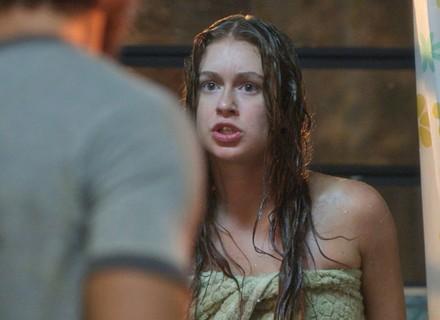Eliza é encurralada por Dino em banho