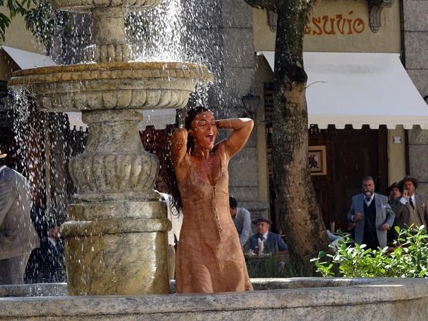 Gabriela toma banho no chafariz da praça e escandaliza o povo de Ilhéus (Foto: Divulgação/TV Globo)