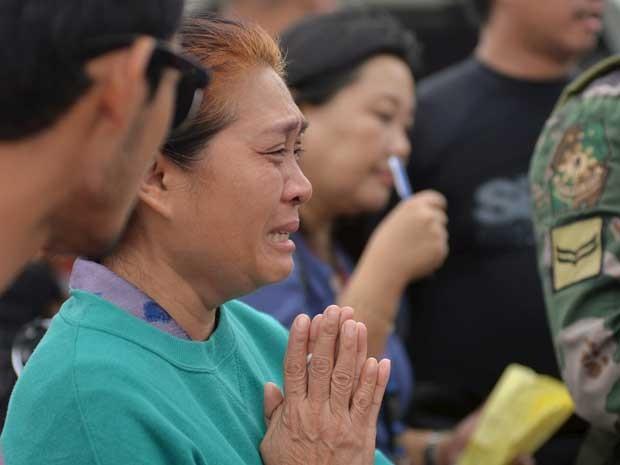 Parente de vítima de naufrágio reza e chora nas Filipinas (Foto: Alan Kristofer Motus / Reuters)