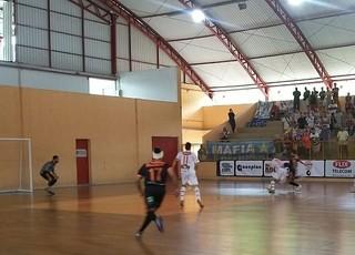 Antônio, de Mendes, cortou supercílio e teve que jogar o restante do jogo com a cabeça enfaixada (Foto: Max Coelho/TV Rio Sul)