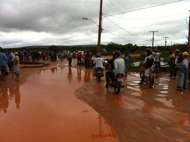 Travessia na Avenida Beira Rio foi interditada. (Foto: Valdivan Veloso/G1)
