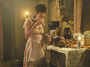 Berenice usa uma cebola para chorar (Foto: Lado a Lado / TV Globo)