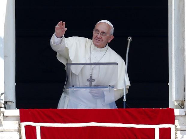 Papa Francisco acena para fiéis na Praça São Pedro durante o Ângelus deste domingo (21) (Foto: Max Rossi/Reuters)