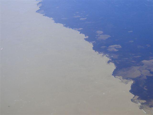 Vista aérea do encontro das águas do Amazonas e Negro, em frente a Manaus (Foto: Rede Globo)