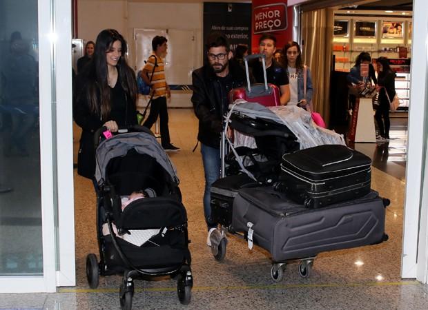 Thays e Hudson desembarcam cheios de bagagens (Foto: Thiago Duran/AgNews)