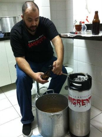 Edi Wilson produz a 'Sangrenta' em casa há três anos (Foto: Fernando Castro/G1)