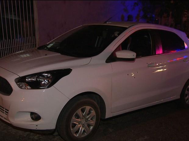 Suspeito foi morto dentro de carro no bairro de Santa Mônica, em Salvador (Foto: Reprodução/TV Bahia)
