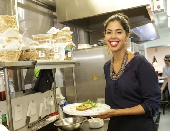 Bela posa na cozinha da filial do arpoador do seu restaurante, que fica dentro do hotel Best Western Premier  (Foto: Divulgação)