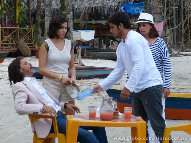 Reinaldo passa mal e é acudido por Juliano (Foto: Flor do Caribe / TV Globo)
