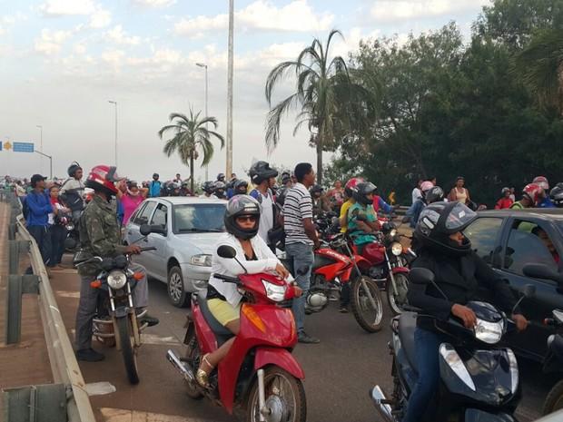 Carros e motocicletas ficam parados na ponte Fernando Henrique Cardoso (Foto: Rachel Lemos/TV Anhanguera)