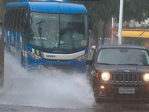 Pista está molhada na Avenida Centenário, em Salvador, na manhã deste domingo (15) (Foto: Reprodução/TV Bahia)