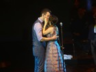 Sandy e Lucas Lima se beijam em gravação de DVD