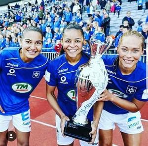 Poliana com as jogadoras do Stjarnan ao conqistarem a Copa da Islândia  (Foto: Arquivo Pessoal)