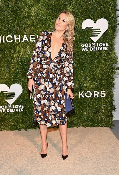 Kate Hudson dispensa sutiã e investe em superdecote em gala em Nova York (Foto: Getty Images)