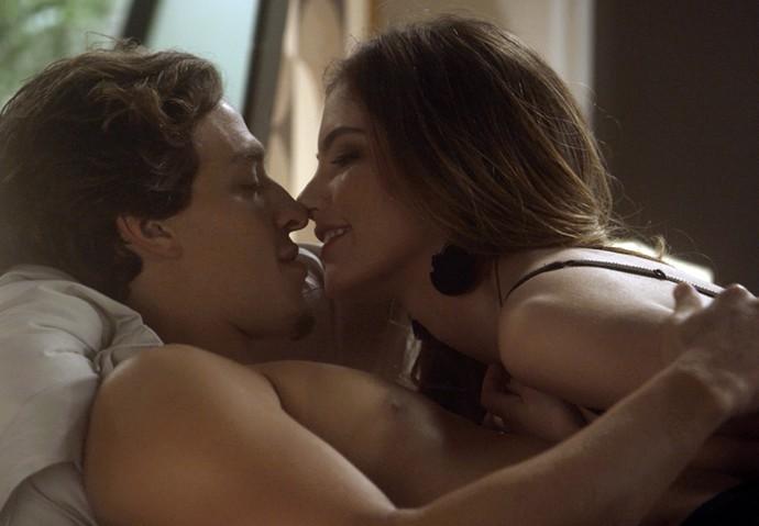O casal está em clima de romance antes da revelação (Foto: TV Globo)