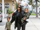 Kim Kardashian passeia com os fofíssimos North West e Saint West