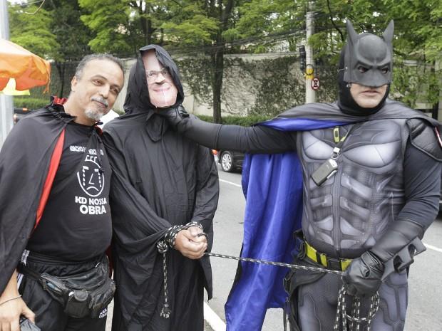 Em protesto, homem vestido de Batman prende homem com máscara do governador Geraldo Alckmin (Foto: MARIO ÂNGELO/SIGMAPRESS/ESTADÃO CONTEÚDO)